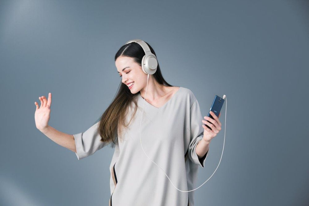 xperia-10-lifestyle-listening-999-301-1212.jpg